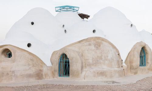 Những căn nhà với cấu trúc mái vòm và được thiết kế bán chìm dưới mặt đất để bảo vệ khỏi các yếu tố môi trường và hướng về phía Thái Bình Dương để tận dụng lợi thế của chế độ gió